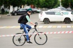 Орел, Россия - 28-ое мая 2017: Bikeday Sto велосипедиста ехать одно Стоковые Изображения