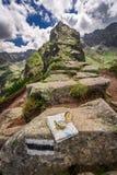 Ориентация в горах в лете с картой и компасом, Польшей Стоковое Изображение