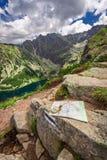 Ориентация в горах в лете с картой nad компаса, Польшей Стоковые Изображения RF