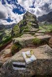 Ориентация в горах с картой и компасом, Польшей Стоковое Фото