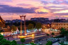 Ориентир ориентир гигантского качания города Бангкока во времени захода солнца Стоковая Фотография RF