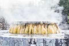 Ориентир ориентир горячих источников гейзера на общественном парке Raksawarin в Ranong, Стоковое Изображение