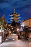 Ориентир назначения перемещения Японии, улица Sanneizaka, Gion, Киото в вечере стоковое фото
