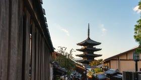 Ориентир назначения перемещения Японии, улица Sanneizaka, Gion, Киото в утре стоковые фотографии rf
