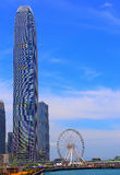 Ориентир ориентиры Гонконга: центр ifc и колесо замечания Стоковые Изображения