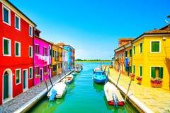 Ориентир ориентир Венеции, остров Burano канал, красочные дома и шлюпки, Стоковые Изображения