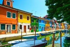 Ориентир ориентир Венеции, остров Burano канал, красочные дома и шлюпки, Стоковая Фотография