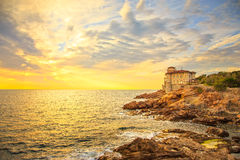 Ориентир ориентир замка Boccale на утесе скалы и море на теплом заходе солнца Tu Стоковые Изображения RF