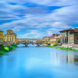 Ориентир ориентир на заходе солнца, старый мост Ponte Vecchio, река Арно в Флоренсе. Тоскана, Италия. Стоковые Фото