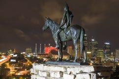 Ориентир ориентир статуи разведчика обозревая Kansas City на ноче Стоковое Изображение RF
