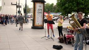 Оркестра молодые люди музыки игры с аппаратурами ветра и барабанчика сток-видео