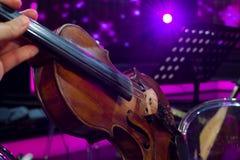 Оркестр в предпосылке света скрипки и мадженты репетиции стоковые фото