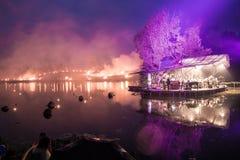 Оркестр на острове играя классическую музыку пока лесной пожар Стоковые Фотографии RF