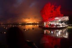 Оркестр на острове играя классическую музыку пока лесной пожар Стоковое Изображение