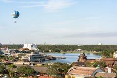 Орландо, Флорида - декабрь 2017 - красивый день голубого неба с vieOrlando предпосылки воздушного шара летания, Флоридой - декабр стоковое фото