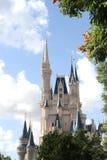 ОРЛАНДО, ФЛОРИДА - 15-ОЕ ДЕКАБРЯ: Замок Дисней обрамленный между деревьями, облаками и небом Стоковое Изображение RF