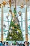 ОРЛАНДО, ФЛОРИДА, США - ДЕКАБРЬ 2018: Красочное украшение рождественской елки на торговом центре на тысячелетиях стоковые фото