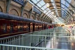ОРЛАНДО, ФЛОРИДА, США - ДЕКАБРЬ 2017: Мир Wizarding Гарри Поттера - железнодорожная станция и платформа экспресса Hogwarts, Uni стоковые изображения