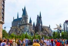 Орландо, Флорида, США - 9-ое мая 2018: Замок Hogwarts на мире Wizarding Гарри Поттера в острове приключения  стоковые фотографии rf
