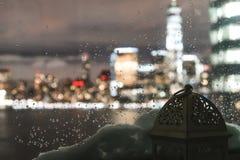 Орнаментальный арабский фонарик на окне с взглядом небоскребов ночи Нью-Йорка стоковые изображения