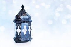 Орнаментальный темный марокканец, арабский фонарик на таблице Горящая свеча, блестящее bokeh освещает звезды Поздравительная откр Стоковое Фото