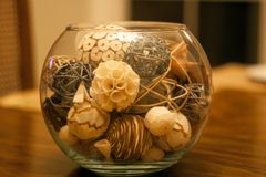 Орнаментальный centerpiece шара на таблице стоковое фото