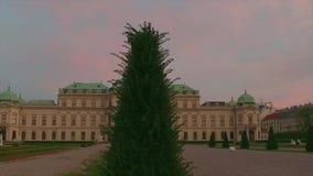 Орнаментальные деревья приближают к дворцу бельведера в вене, Австрии сток-видео