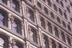 Орнаментальные окна, Уолл-Стрит, город NY, NY Стоковое Фото