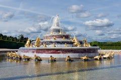 Орнаментальный пруд с фонтанами в дворце Версаль Париже сада Стоковое фото RF
