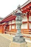 Орнаментальный фонарик металла в виске Toji, Киото стоковые фотографии rf