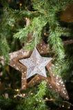 Орнаменты звезды рождества на рождественской елке Стоковое Фото