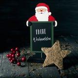 Орнаменты и рождество текста веселое на немецком стоковые изображения rf