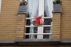 Орнаменты колокола рождества вне окна Стоковая Фотография