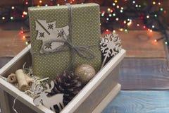 Орнаменты Нового Года в деревянной коробке с fairy светами Стоковое Изображение RF