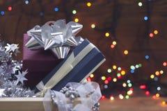 Орнаменты Нового Года в коробке на запачканной предпосылке bokeh Стоковое Фото