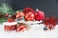 Орнаменты, подарки, и evergreens рождества на мехе стоковое изображение