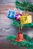 Орнаменты подарка рождества висят на рождественской елке имеют предпосылку древесины космоса Стоковые Фото