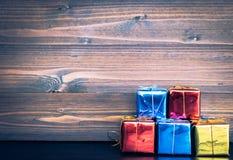 Орнаменты подарка рождества на деревянной предпосылке имеют космос Стоковое Фото