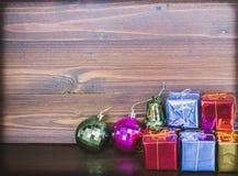 Орнаменты подарка рождества на деревянной предпосылке имеют космос Стоковая Фотография