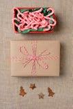 Орнаменты подарка шара тросточки конфеты Стоковая Фотография