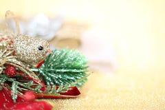 Орнаменты рождества на предпосылке освещения яркого блеска золота Стоковая Фотография RF