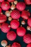 Орнаменты рождественской елки помещенные на таблице стоковое изображение rf