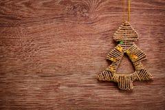 Орнаменты рождества золота на деревенской деревянной предпосылке xmas вектора иллюстрации карточки счастливое Новый Год Взгляд св Стоковое Фото