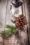 Орнаменты рождества и старая лампа на деревенской древесине Стоковые Изображения RF