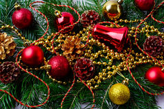 Орнаменты рождества красные с золотыми шариками и ветвями ели Стоковое фото RF