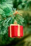 Орнаменты рождества на рождественской елке Стоковые Изображения RF