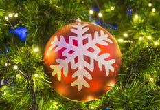 Орнаменты рождества на рождественской елке Стоковые Изображения