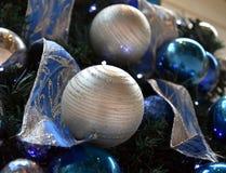 Орнаменты рождества на рождественской елке Стоковые Фотографии RF