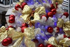 Орнаменты рождества на рождественской елке Стоковое Изображение