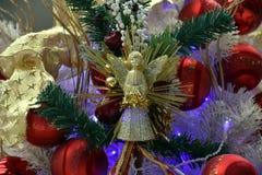 Орнаменты рождества на рождественской елке Стоковая Фотография